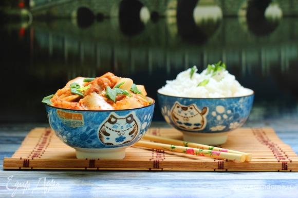 Подавать с рисом. Кимчи не готовить слишком долго, достаточно даже просто выложить к курице и размешать, чтобы оно еще похрустывало.