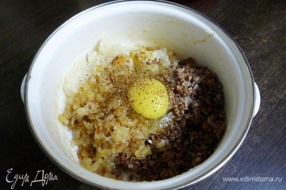 Сварить картофель и размять его в пюре, можно оставить небольшие кусочки. Гречневую кашу сварить. В кастрюльке соединить картофель, гречку и обжаренный лук. Вбить куриное яйцо. Приправить специями и солью по вкусу. Перемешать. Это основа для зраз. Если масса будет жидковата, то можно добавить пару ложек овсяных хлопьев и дать постоять 10 минут.