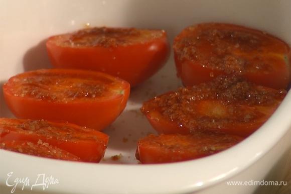 Хариссу смешать с двумя столовыми ложками оливкового масла, смазать помидоры. Посыпать сахаром, посолить и поперчить.