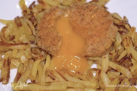 Разрезаем «шубку», высвобождаем желток. Очень аппетитно и красиво :) Желточек красиво растекается, можно макать в него картошку. Всем приятного аппетита!