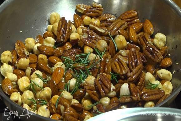 Добавить раскрошенный пальцами пеперончино, мед, листья розмарина, все перемешать и обжаривать до золотистого цвета.