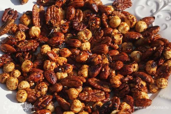 Красивую тарелку смазать сливочным маслом и выложить обжаренные орехи.