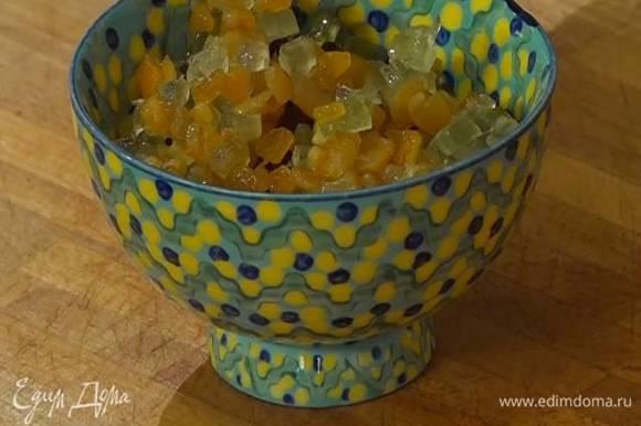 Изюм залить граппой, добавить цукаты из апельсина и чедро, все перемешать и оставить пропитываться алкоголем.