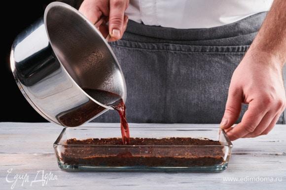 Выложите на дно узкой формы ровным слоем смесь из сухофруктов, приминая ее при необходимости руками, смоченными в воде. Вылейте желе на основу из сухофруктов и поставьте в холодильник на 2 часа до полного застывания.