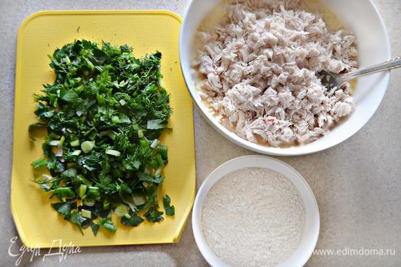 Зелень (зеленый лук, укроп и петрушку) вымойте, просушите и мелко порубите. В сырную смесь добавьте порубленную зелень, муку и мелко нарезанное филе курицы. Хорошо перемешайте.