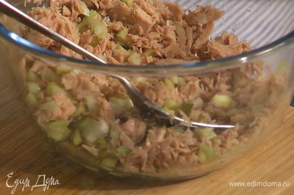 К овощам добавить тунца, домашний майонез и копченую паприку, все перемешать.