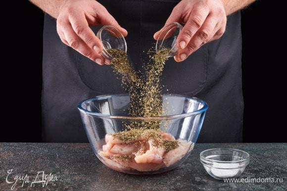 Выложите в чашку мясо, добавьте все специи, посолите.