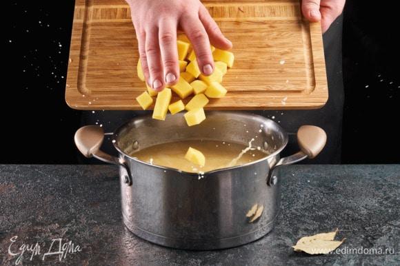 Картофель почистите и нарежьте небольшими кусочками. Опустите в бульон, где варится горох.