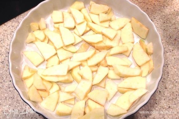 Духовку разогреть до 180°C. В форме сделать французкую рубашку, очистить яблоки. Нарезать, положить в форму. Залить тестом. Выпекаем 35–45 минут, проверяйте деревянной шпажкой готовность.