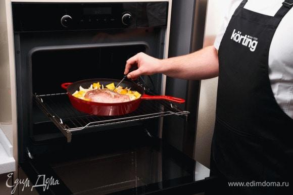 Поставьте в духовой шкаф Körting c функцией пара, разогретый до 180°C. Запекайте 40 минут, а при наличии термощупа — до достижения внутренней температуры продукта 75°C. Пар равномерно прогревает ингредиенты, не высушивая их. В еде сохраняется больше витаминов и минералов, чем после варки. Индейка получается сочной и нежной.
