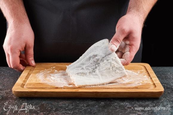 Обваляйте рыбу в муке с обеих сторон.