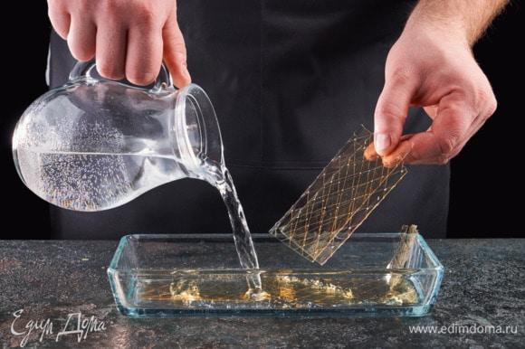 Замочите желатин, как указано на упаковке.