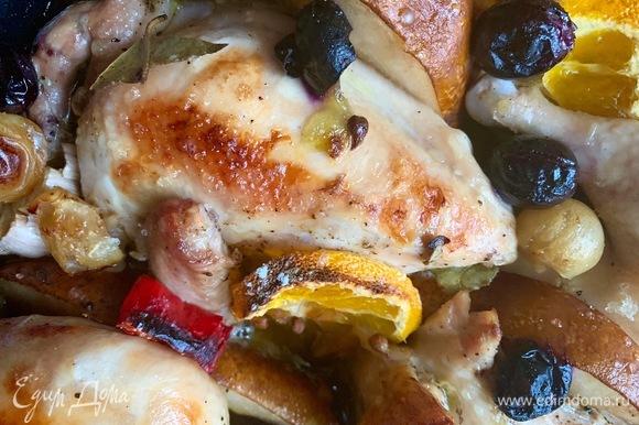 Можно подавать в форме или порционно. Соус из формы можно налить в сковородку, добавить пару ложек вина, уварить пару минут. Подать к цыплятам.