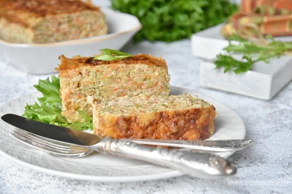Достать запеканку из духовки, посыпать натертым сыром и запекать еще минут 5 до расплавления сыра и образования золотистой корочки.