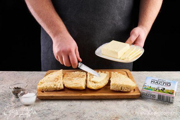 Намажьте ПравильноеМасло АИСФеР на хлеб, чуть посолите и поперчите.