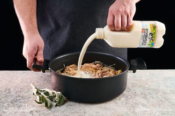 Добавьте ПравильныеСливки и шалфей. Тушите 10–15 минут до загустения соуса.