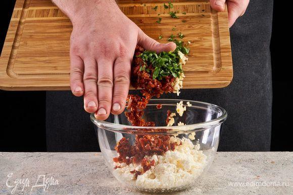 Вяленые томаты, чеснок и кинзу соедините с творогом, посолите, поперчите.