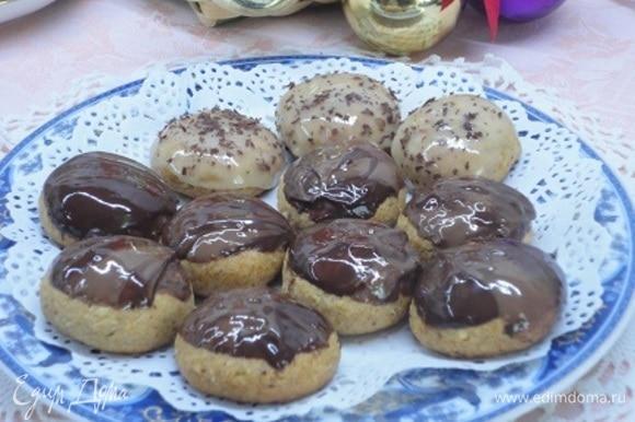 Украсить растопленным шоколадом или сахарной глазурью.