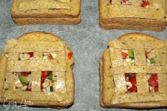 Отправляем в заранее разогретую до 180ºС духовку на 15–20 минут (зависит от вашей духовки). Достаем готовые бутерброды и даем отдохнуть 1–2 минуты.