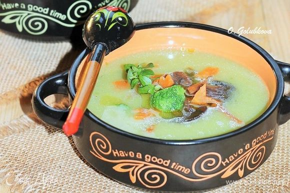 Наполняем теплые миски овощным крем-супом. По середине кладем несколько ложек начинки. Добавляем зеленый базилик и подаем к столу. Приятного аппетита!