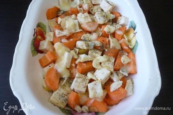 Овощи сложить в форму для духовки, посыпать прованскими травами, посолить и поперчить. Полить растопленным сливочным маслом. Поставить в духовку, разогретую до 170°C, запекаться на 40 минут, прикрыв овощи куском фольги. Пока овощи запекаются, куриное филе (грудку) немного посолить и поперчить, полить оливковым маслом и оставить пропитаться.