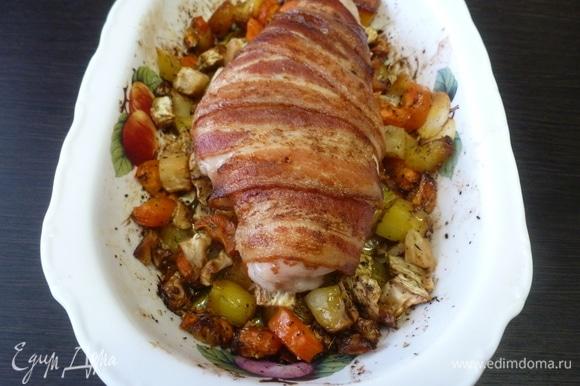 Усилить температуру в духовке до 200°C и запекать еще 20–30 минут. Бекон подрумянится, куриное филе останется сочным и станет ароматно-копченым.