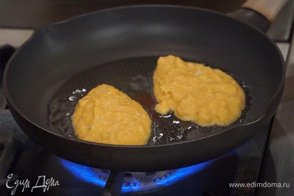 Разогреть сковороду с растительным маслом, выложить оладушки, обжарить с двух сторон до готовности.