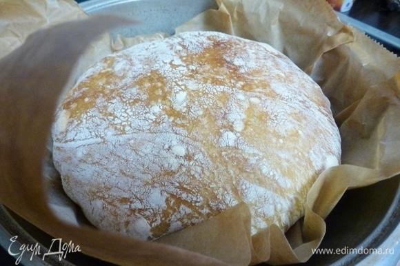 Выпекать хлеб под крышкой 30 минут, затем снять крышку и печь еще 20 минут. Температура духовки — 250°C.