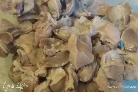 Желудочки нарезать, отварить в подсоленной воде до полной готовности.