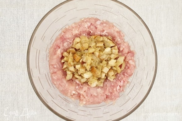 Смешаем куриный фарш и грибы. По вкусу добавим соль и перец.