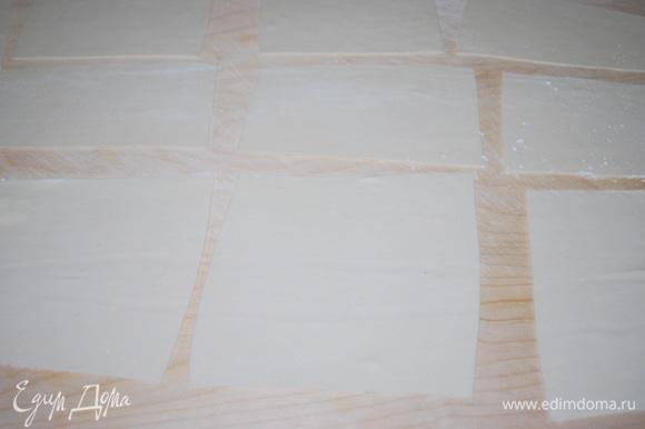 Тонко раскатанное тесто разрежьте на квадраты размером примерно 15х15 см. Квадраты теста не кладите друг на друга, а то они слипнутся. Тем временем поставьте в кастрюле воду, она должна закипеть.