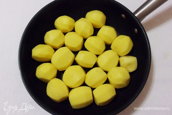 Лучше всего для этого рецепта подходит молодой некрупный картофель, его можно отваривать с кожурой. Но сегодня у меня обычный мелкий картофель. Овощ помыть и очистить от кожуры.