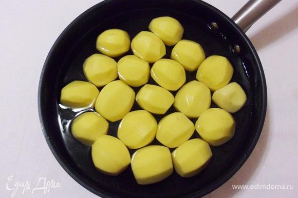 «Варить» картошку будем прямо в сковороде. Для этого заливаем ее водой и тушим до готовности.