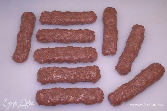 Можно использовать мясорубку со специальной насадкой, чтобы все они получились ровненькие и красивые. Но, если времени в обрез, можно сделать все по-быстрому — руками.