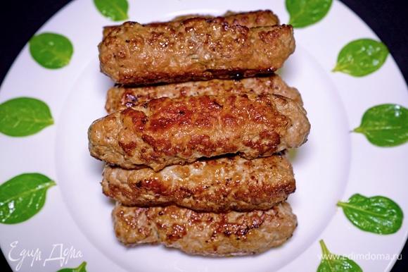 Подать их можно с любым гарниром или со свежим зеленым салатом. Или можно приготовить такие колбаски на мангале. С друзьями или семьей на пикнике.