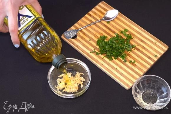 Тем временем готовим вкусный постный молдавский чесночный соус, который называется муждей. К раздавленному чесноку добавляем немного оливкового масла, примерно 2 столовые ложки.