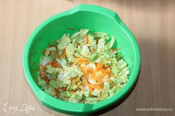 К нашинкованной капусте добавьте натертую на крупной терке морковь и нарезанный соломкой сладкий перец, влейте легкий соевый соус (2–3 ст. л.). Перемешайте. Вместо соли у меня — соевый соус.