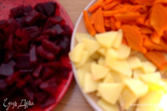 Вареные овощи нарезать примерно одинаково.