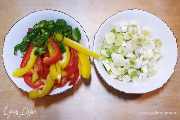 Полосками нарежем болгарский перец, перец чили — кольцами, белую часть зеленого лука нарежем колечками.