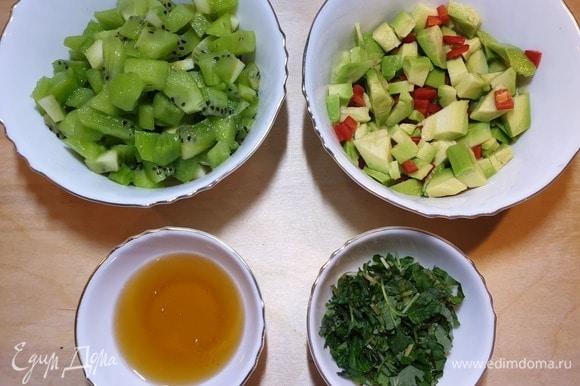 Киви и авокадо очистим и нарежем. Если хотите менее острый соус, удалите семена из перца чили и нарежьте его.