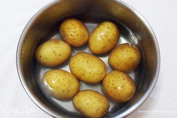 Картофель среднего размера тщательным образом моем. Отвариваем в мундире до полной готовности. Даем обсохнуть.