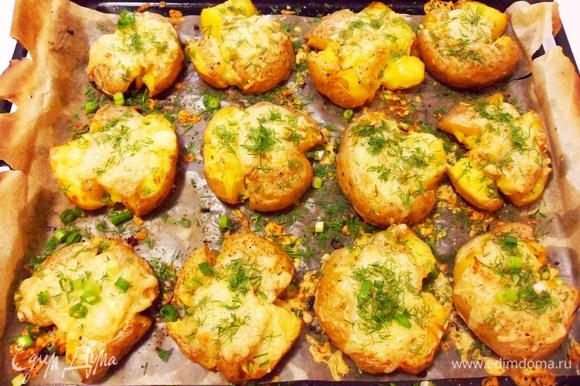 Готовую картошку посыпаем зеленью (у меня укроп и зеленый лук).