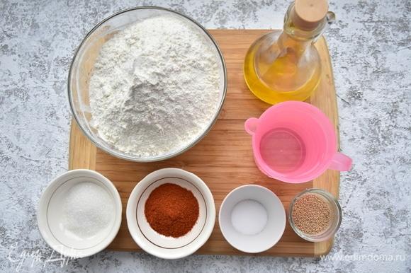 Подготовить необходимые продукты. Если используете свежие дрожжи, увеличьте их количество в три раза. Муку предварительно просейте через мелкое сито.
