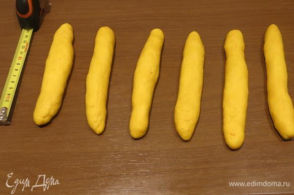 Скатываем цветное тесто в 5–6 жгутов по 15 см длиной (в зависимости от количества зерен в колоске, от того, насколько частей было разделено тесто). Большие кусочки теста не используем пока.