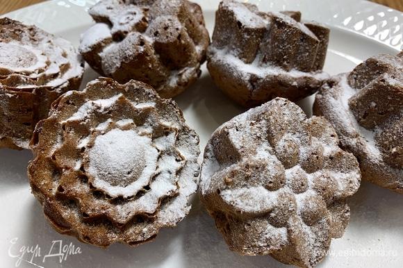 Перед подачей украсить кексы какао или сахарной пудрой.