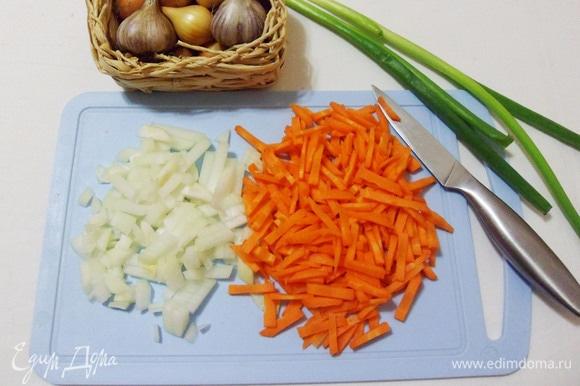 Далее измельчаем лук, очищаем и нарезаем соломкой морковь.