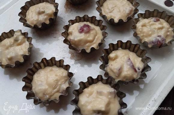 Формочки для кексов смазать маслом, слегка посыпать мукой. Наполнить формочки тестом (почти на всю высоту формочек). Выпекать 25–30 минут при 180°C.
