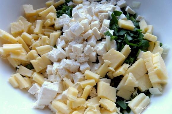 Пересыпать сыр к зелени.