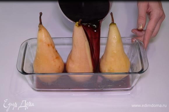 Перекладываем фрукты в удобную жаропрочную емкость, заливаем их пряным вином со специями, чтобы вино полностью покрывало груши, и отправляем в разогретую до 180°C духовку на 20–25 минут, не более. Через 10 минут желательно проверить груши, перевернуть и полить их вином, в котором они готовятся.