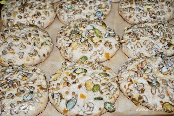 Выложите булочки на противень и дайте им подняться в течение 20 минут. Выпекайте в разогретой духовке около 15 минут при 180°C.